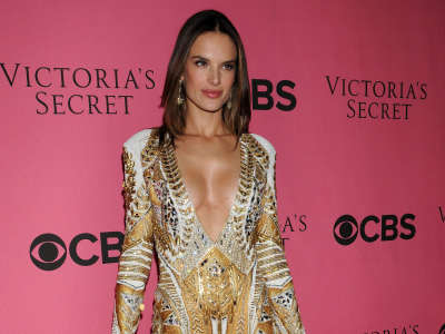 Alessandra Ambrosio At Vicotrias Sectret Show001
