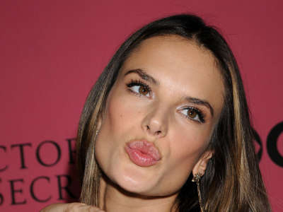 Alessandra Ambrosio At Vicotrias Sectret Show004