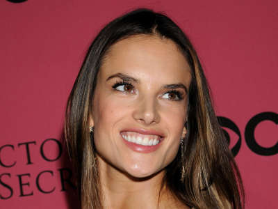 Alessandra Ambrosio At Vicotrias Sectret Show005