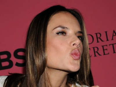 Alessandra Ambrosio At Vicotrias Sectret Show009