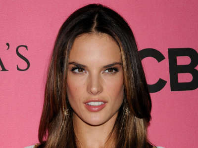 Alessandra Ambrosio At Vicotrias Sectret Show010