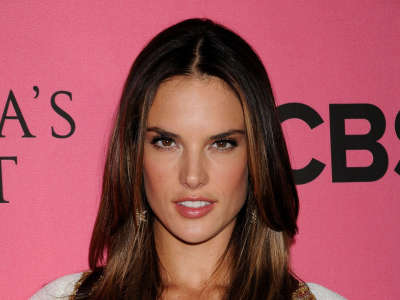 Alessandra Ambrosio At Vicotrias Sectret Show011