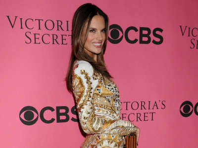 Alessandra Ambrosio At Vicotrias Sectret Show012