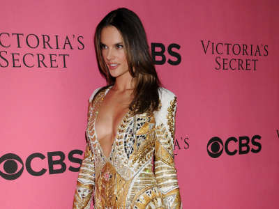 Alessandra Ambrosio At Vicotrias Sectret Show013