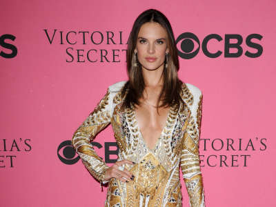 Alessandra Ambrosio At Vicotrias Sectret Show014