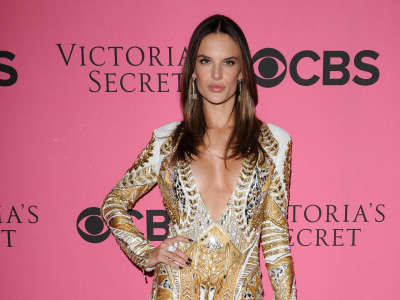 Alessandra Ambrosio At Vicotrias Sectret Show015