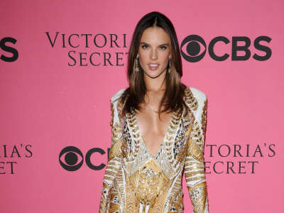 Alessandra Ambrosio At Vicotrias Sectret Show016