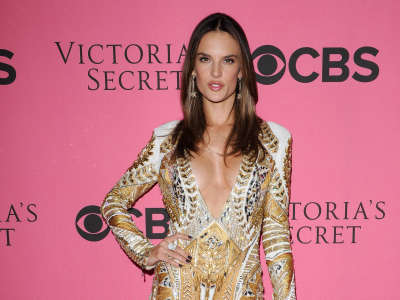 Alessandra Ambrosio At Vicotrias Sectret Show017