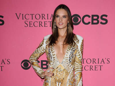 Alessandra Ambrosio At Vicotrias Sectret Show018