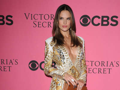 Alessandra Ambrosio At Vicotrias Sectret Show019