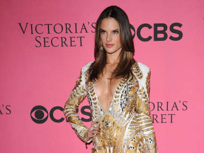 Alessandra Ambrosio At Vicotrias Sectret Show020