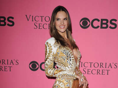 Alessandra Ambrosio At Vicotrias Sectret Show021