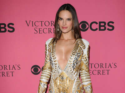 Alessandra Ambrosio At Vicotrias Sectret Show024