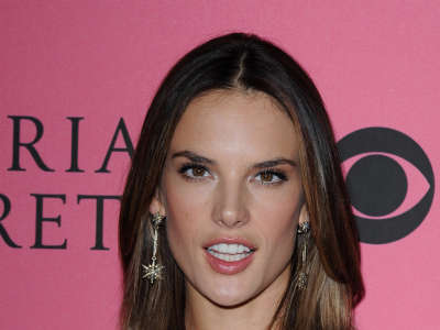 Alessandra Ambrosio At Vicotrias Sectret Show026