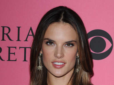 Alessandra Ambrosio At Vicotrias Sectret Show027