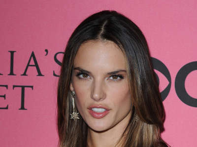 Alessandra Ambrosio At Vicotrias Sectret Show031