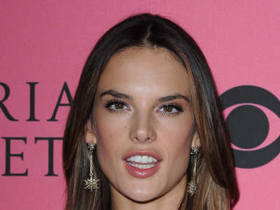 Alessandra Ambrosio At Vicotrias Sectret Show032