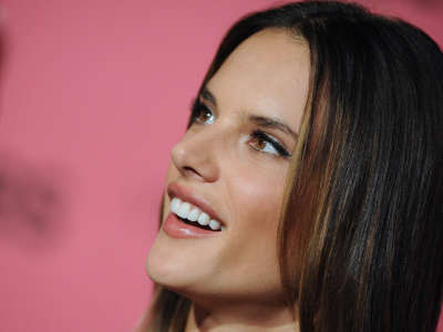 Alessandra Ambrosio At Vicotrias Sectret Show034