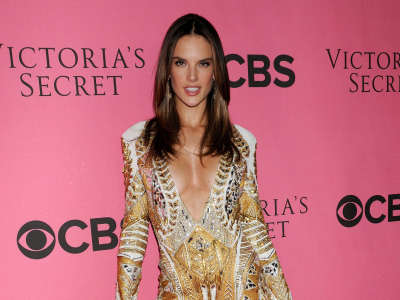 Alessandra Ambrosio At Vicotrias Sectret Show035