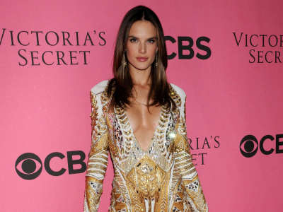 Alessandra Ambrosio At Vicotrias Sectret Show037
