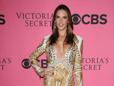Alessandra Ambrosio At Vicotrias Sectret Show039