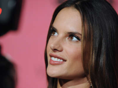 Alessandra Ambrosio At Vicotrias Sectret Show042