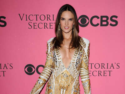 Alessandra Ambrosio At Vicotrias Sectret Show043