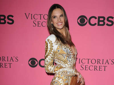 Alessandra Ambrosio At Vicotrias Sectret Show044